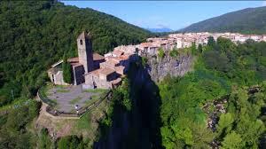 Castellfollit_de_la_Roca_agarrandomaletas
