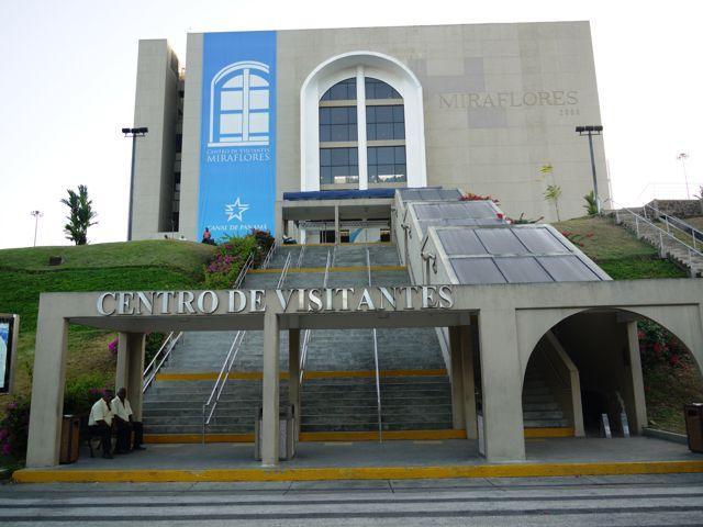 Centro_de_Visitantes_de_Miraflores,_agarrandomaletas