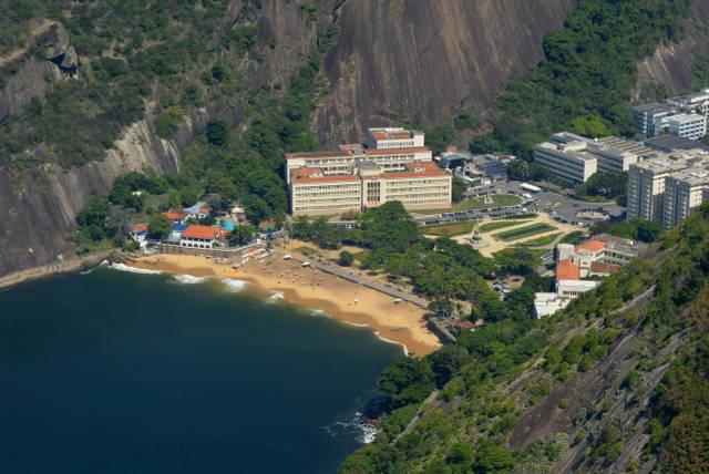 Playa_Vermelha_Roja_Rio_de_Janeiro_agarrandomaletas