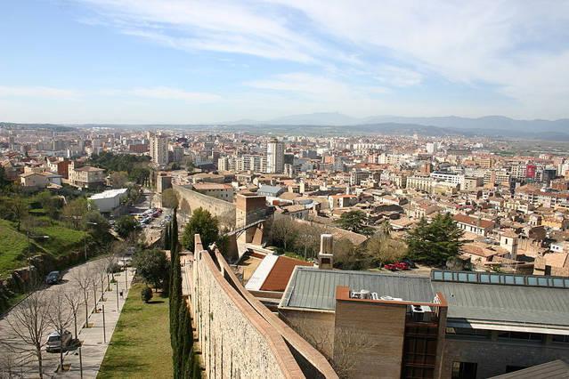 Spain_Girona_Muralla_agarrandomaletas