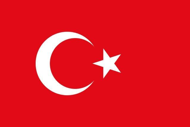 La bandera de Turquía consiste en una luna menguante y una estrella blanca sobre un fondo rojo. Más conocida como la bandera turca, también es llamada Ay Yıldız (en turco: luna y estrella) o Alsancak (en turco: bandera roja). Este emblema fue adoptado en 1876. La bandera turca tiene un origen complejo e incierto, ya que es un diseño antiguo, siendo casi idéntico al de la última bandera del Imperio otomano.