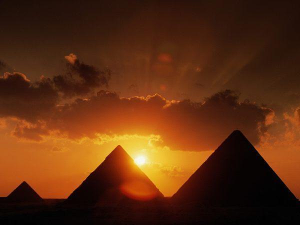 las-piramides-de-egipto_agarrandomaletas